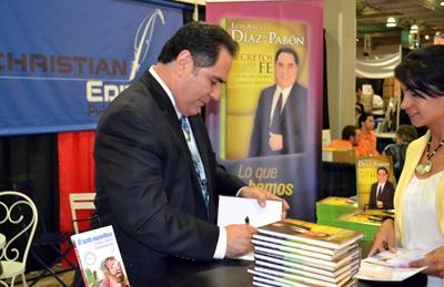 El evangelista Dr. Luis Ángel Díaz-Pabón firmó ejemplares de su libro Secretos de fe [Edición ampliada].