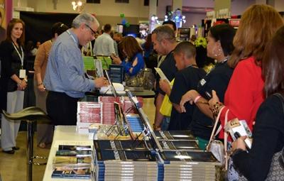 El apóstol Frank Almonte, un reconocido comunicador y productor de medios de la ciudad de Nueva York, presentó su libro Gobierno apostólico.