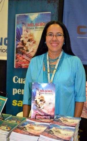 La escritora Liliana De La Hoz Restrepo vino de Colombia para hablar sobre su extraordinaria novela El milagro de Vista Hermosa.