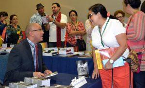 El autor de ¡Recíbelo! en una sesión de autógrafos.