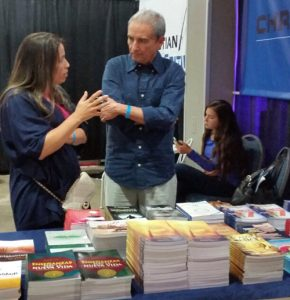 La autora Elisabeth García Sanjuán platica con su editor acerca de su próxima obra.