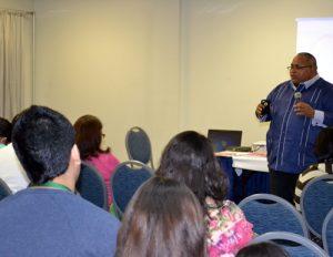 El pastor Iván Clemente en los momentos en que impartía su conferencia sobre acerca del libro de su autoría Tus ojos vieron mi embrión.